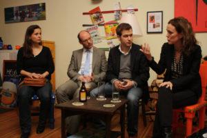 Pubtalk mit Daniel Florian (2.v.l.), dem Moderator Alexander Schröder (3.v.l.) und Dr. Manja Schreiner (rechts).