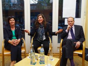 Von links: Birgit Kömpel (MdB-SPD), Moderatorin Barbara Wagner und Dr. Heiko Willems (BDI) diskutieren mit dem Publikum über die Frauenquote – Foto Andrea Tschammer.